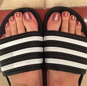 """Katy Perry pintó las uñas de sus pies con forma de balón de futbol americano, en la cual comenta: 'Hasta mis uñas de los pies están listas""""."""