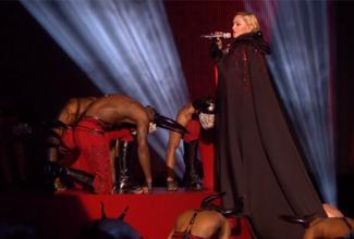 El momento más comentado de los Brit Award fue la caída de Madonna en su presentación.