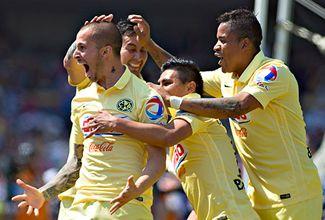 Darío Benedetto de América festeja su gol ante Pumas.