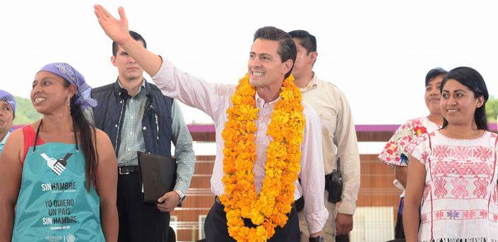 El mandatario celebró su cumpleaños durante un evento en Guerrero, el momento fue muy comentado ya que a Peña Nieto se le cae el pastel.