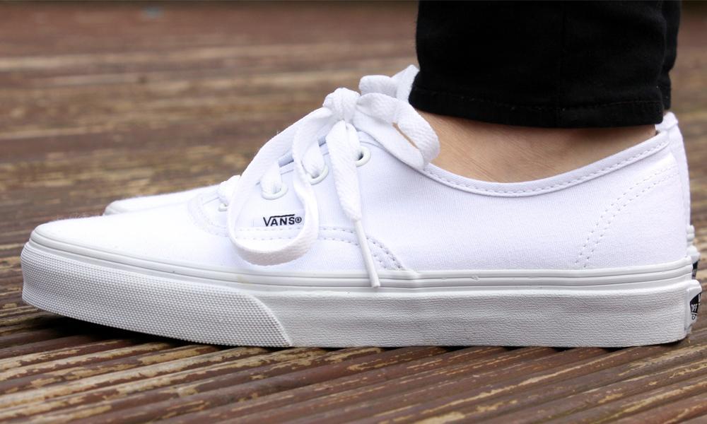 ¿Cómo lavar los tenis blancos Vans de tela?
