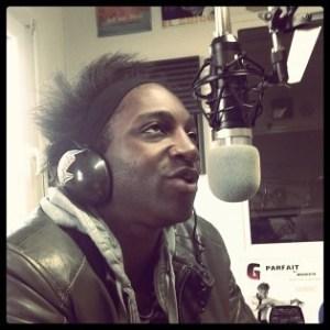 Kamini dans les studios de Radio Plus!