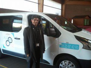 Saâdi Lougrada, directeur du CCAS de Sallaumines devant le véhicule flambant neuf  Auto'Nomie