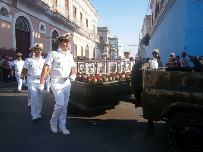 Una nutrida peregrinación recorrió las principales calles de la ciudad del centro sur, desde el parque José Martí hasta el cementerio Tomás Acea en recordación del levantamiento por el 5 de septiembre de 1957 en Cienfuegos. Foto Mireya Ojeda