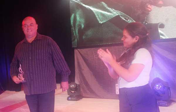Alex Castro Soto del Valle, hijo del Líder histórico de la Revolución recibió el premio de manos de Niubys García Otaño, Presidenta Nacional de la FEEM. Fotos: Carlos Serpa