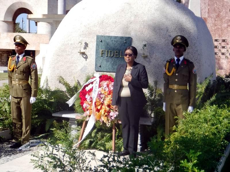 La Primera Ministra de Namibia en el homenaje a Fidel en el cementerio Santa Ifigenia.
