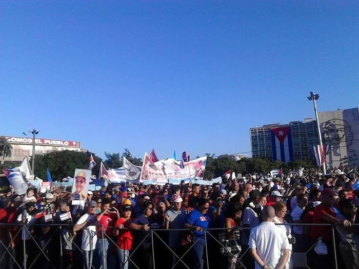 Cientos de miles de habaneros y de representantes de las provincias de Artemisa y Mayabeque han desfilado frente a la Plaza