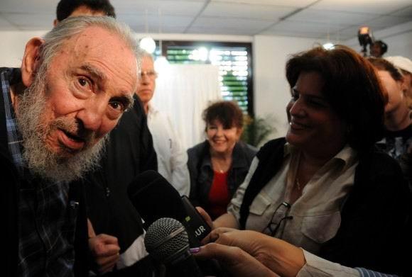 Fidel Castro conversa con los periodistas tras ejercer su voto. 3 de febrero de 2013 A la derecha la periodista de Radio Rebelde, Ana Teresa Badía. Foto: Ismael Francisco