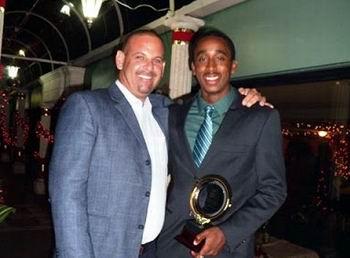El cubano Ismael López Mastrapa (I), quien condujo al trinitario Keshorn Walcott (D) a la medalla de oro en la jabalina de los Juegos Olímpicos de Londres, fue seleccionado el mejor entrenador del año 2012 por la Confederación Norte, Centroamericana y del Caribe de Atletismo.