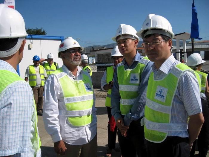 Empresarios chinos y cubanos en la rada santiaguera. Foto: Sergio Martínez