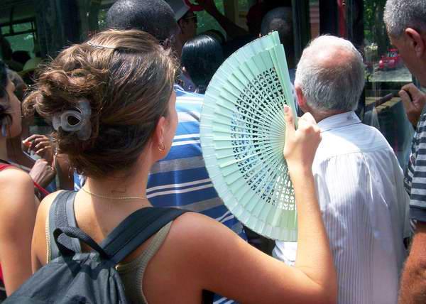El abanico, un instrumento muy útil para aliviar el calor. Foto Abel Rojas