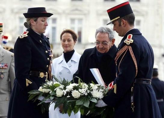 El presidente de Cuba, Raúl Castro, fue recibido hoy con todos los honores en Francia en el inicio de una visita de Estado que comenzó en el Arco de Triunfo con la tradicional ofrenda de flores ante la tumba del soldado desconocido. Foto: EFE