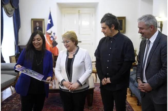 """Michelle Bachelet recibe a hermanos Cereceda Parra por nuevo disco """"Las últimas composiciones de Violeta Parra"""""""
