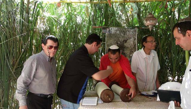 El Sefer Torá en casa, con Kurt Preiss, presidente de la Congregación Israelita de Nicaragua