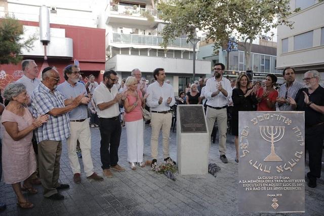 Un monolito homenaje a los xuetas en Palma de Mallorca, con Jacqueline Tobiass