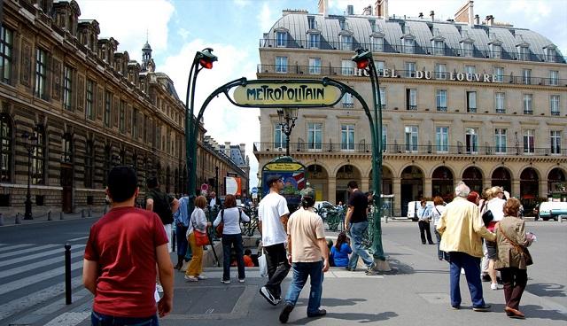 """Tres """"chalecos amarillos"""" insultan a una anciana judía en el metro de París"""