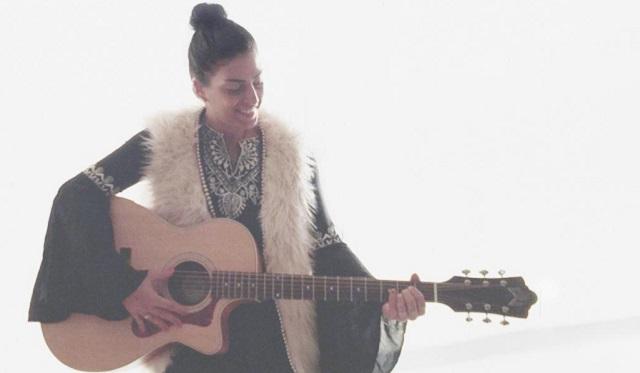 Leilah Broukhim canta