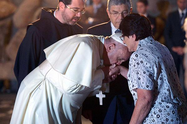 [BACIAMANO] Bergoglio bacia la mano ad alcuni superstiti dei campi di concentramento