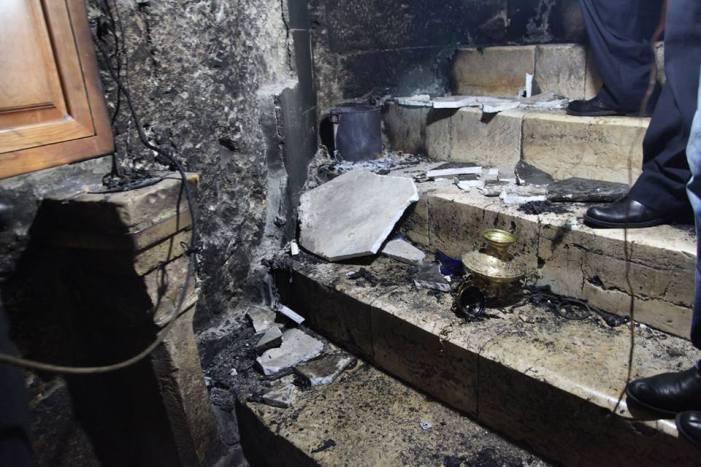 [NUOVA GALLERIA] 4 foto dell'incendio della Grotta della Natività