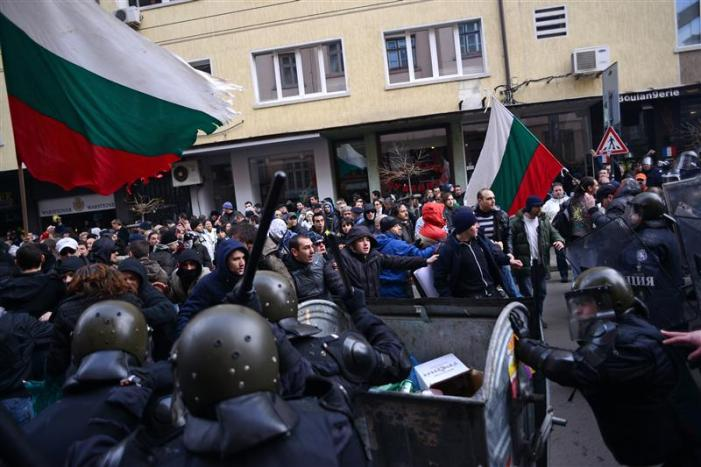 Caos in Bulgaria, file agli sportelli, aiuti UE. Ovviamente quasi nessuno ne parla.