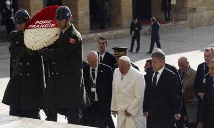 Bergoglio in Turchia: rende omaggio alla tomba del dittatore laicista Ataturk