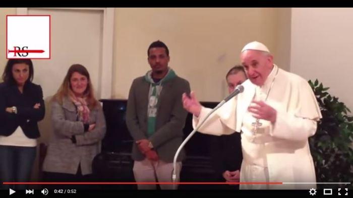 [Video] Bergoglio ai presunti rifugiati: Bibbia e Corano lo stesso Dio… condividere!
