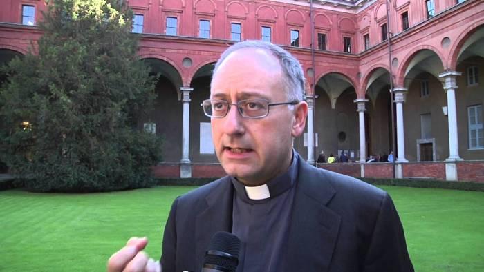 Francesco tace, ma un altro gesuita parla per lui