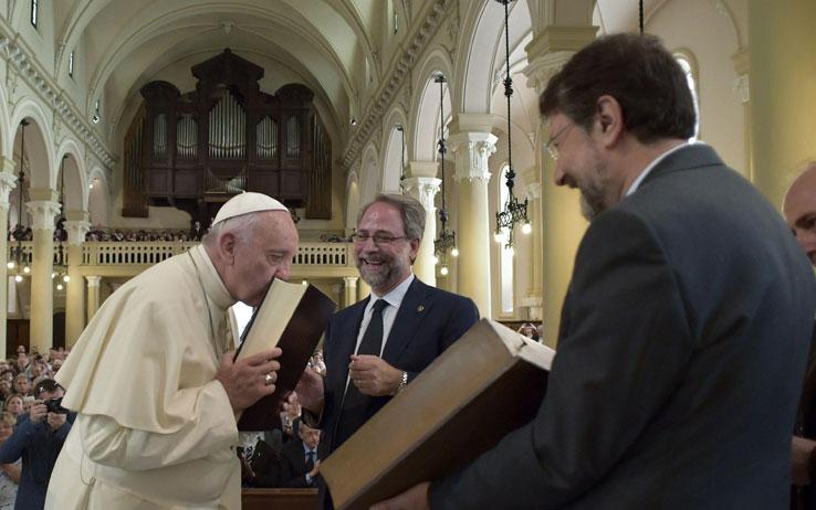Bergoglio bacia la bibbia riformata valdese