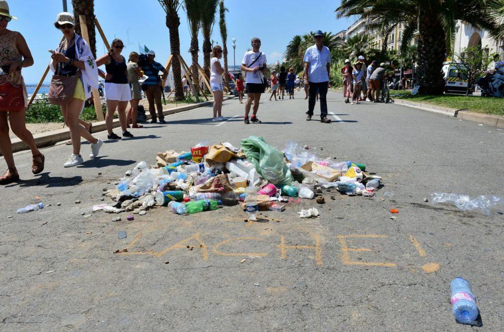 """il """"mausoleo della rabbia"""" (?) fatto con rifiuti sulla promenade di Nizza, nel punto dove la polizia ha abbattuto il terrorista"""
