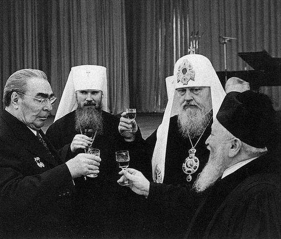 Anni '70: un brindisi tra Leonid Brezhnev, il futuro Patriarca Alessio, il Patriarca Pimen e Rabbi Yaakov Fishman.
