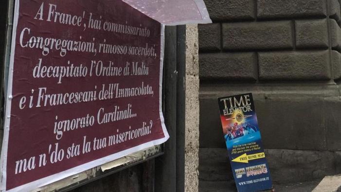 [Misericordina&affini] Manifesti ironici su Bergoglio: polizia indaga in ambienti 'conservatori'