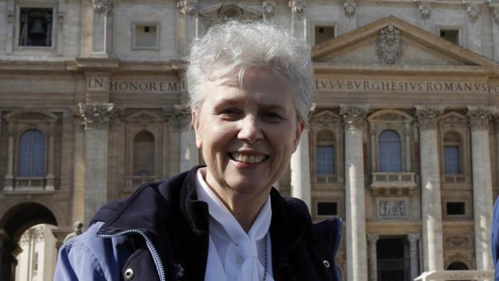 """Nell'ospedale da campo di Bergoglio non può mancare la """"suora"""" LGBT advocate"""