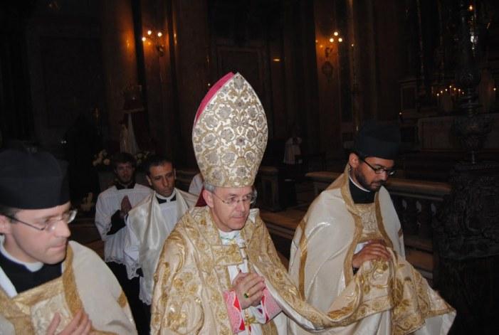 Il Vescovo Athanasius Schneider non solo benedice la Processione ma definisce 'cristiani coraggiosi' coloro i quali parteciperanno