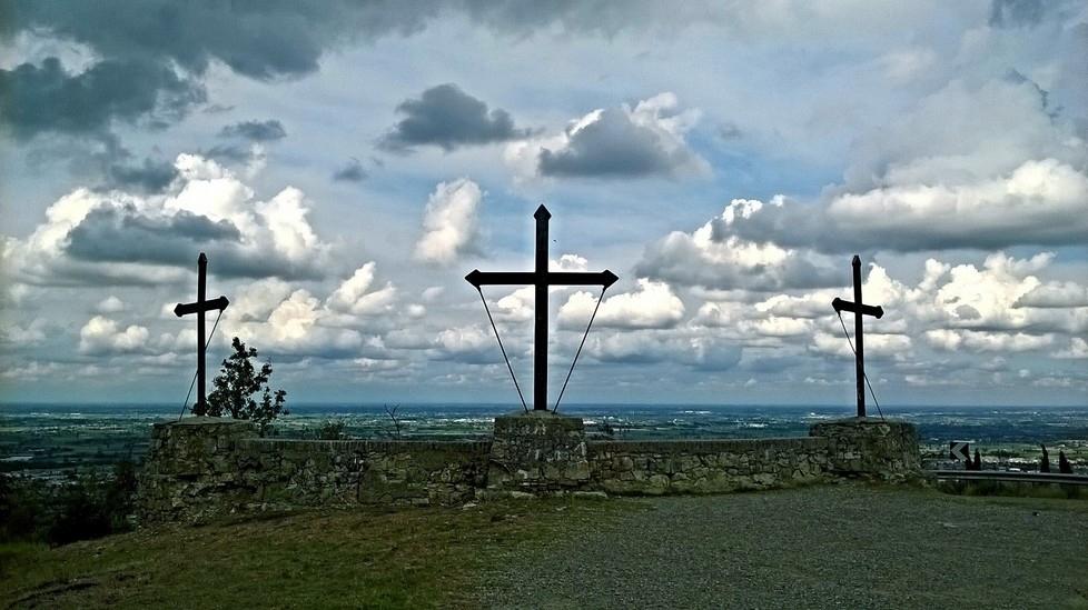 Il Monte Evangelo, o Monte delle Tre Croci, nei pressi di Scandiano (Reggio Emilia)