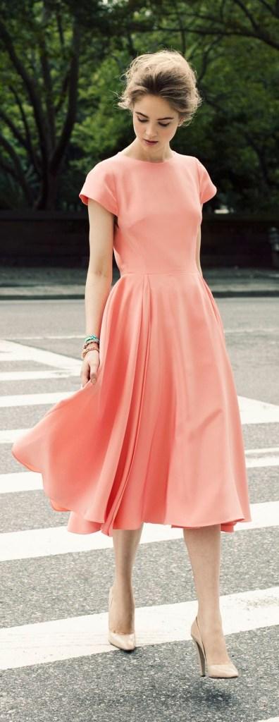 La foto dimostra che un vestito rosa vi aiuta ad attarversare la strada correttamente.