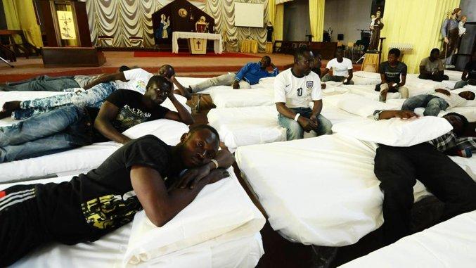 """La Cei ha cambiato rotta: meno soldi per le chiese, si investe sull'accoglienza Dalle mense ai dormitori, aumentati gli stanziamenti del 60%. """"Noi cacciamo i migranti, loro li prendono"""""""