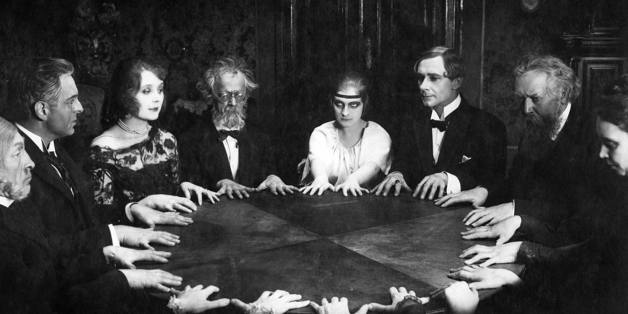 Maghi, fantasmi e sedute spiritiche in un brano apologetico di mons. R. H. Benson