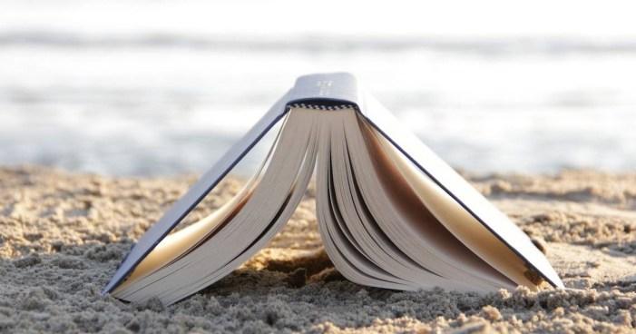 Leggere sotto l'ombrellone: quattro romanzi per non mandare in vacanza la mente e lo spirito