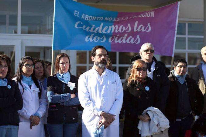 Il medico argentino condannato per aver fatto il suo mestiere: salvare vite