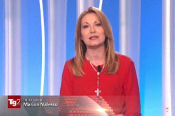 """Serra (Repubblica) contro giornalista Tg2 con Croce al collo che definisce: """"logo Dio Patria Famiglia"""""""