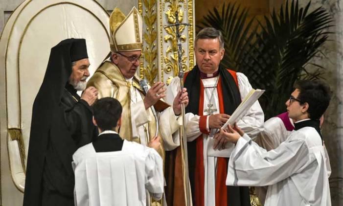 Bergoglio a disagio per le conversioni di un indù e di un'anglicana