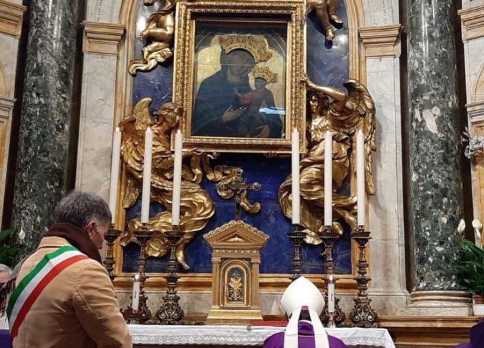 Anche Siena si affida. Il sindaco in fascia consegna le chiavi della città alla Madonna del Voto