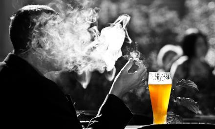 """Fumare fa malissimo ma (forse) protegge dal Covid. Battibecco in """"Casa Lascienzah"""", OMS accigliata"""