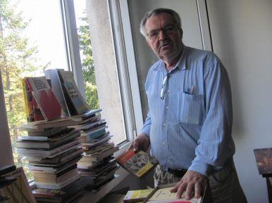 Radu-Ciprian Pop, alături de câteva dintre cărţile selectate pentru un nou transport