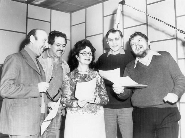Actori la microfon în studioul radioului