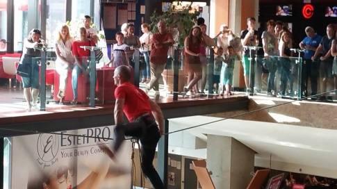 echilibristica la Iulius Mall highline Flaviu Cernescu si George Ciprian Lungu iulie 2015 (1)