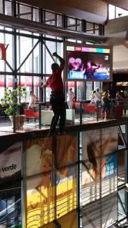 echilibristica la Iulius Mall highline Flaviu Cernescu si George Ciprian Lungu iulie 2015 (18)