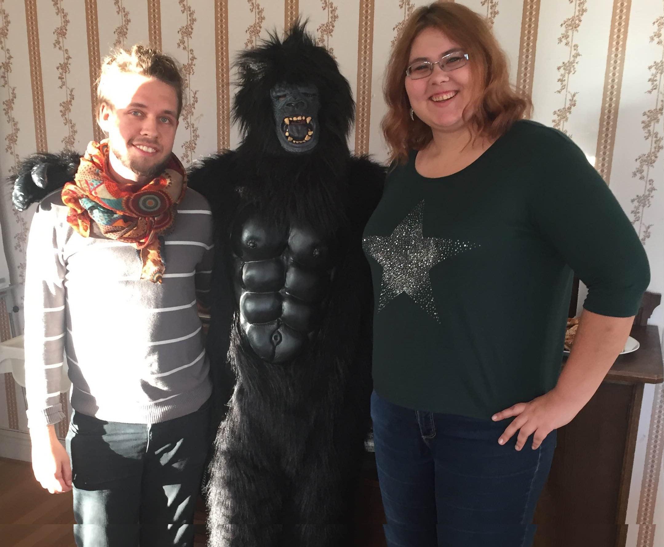 Live från Sköndal med inslag av apor