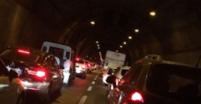 Lentini, incidente stradale sull'autostrada Siracusa – Catania,  in direzione di Catania, all'interno della Galleria San Demetrio. Sversamento di olio sulla carreggiata, autostrada chiusa per due ore.