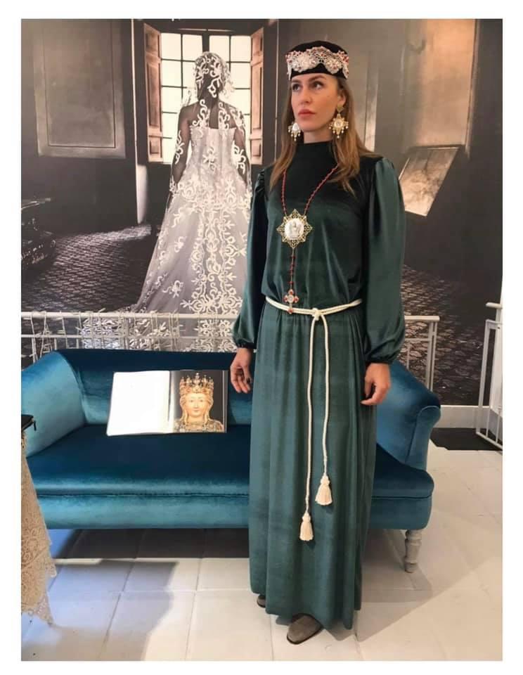 """Catania, a moda omaggia Sant'Agata. Creati per le signore """"sacco e scarsella"""" da indossare rigorosamente solo per il periodo agatino."""